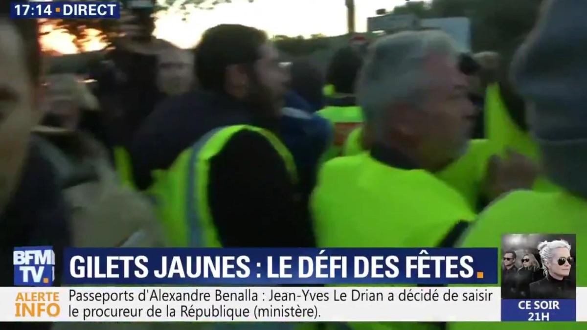 Des #GiletsJaunes tournent le dos aux journalistes de BFM