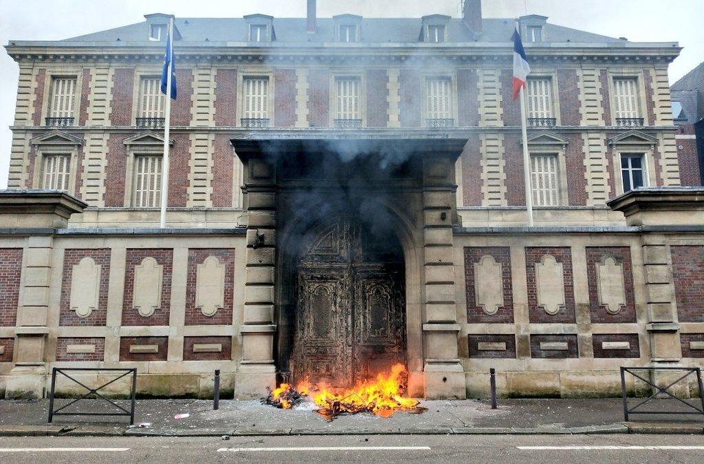 À Rouen, des « gilets jaunes » incendient la porte de la Banque de France