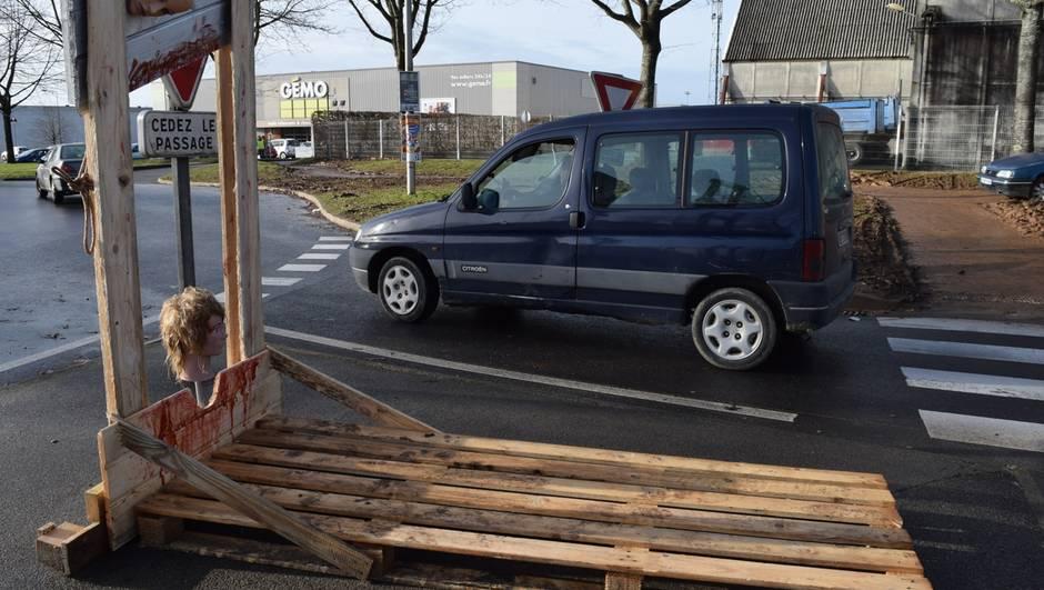Bretagne : les Gilets jaunes installent une guillotine sur un rond-point !