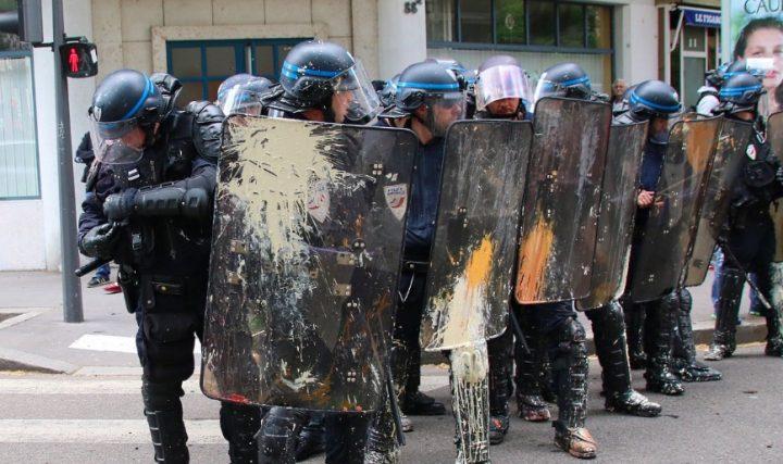 #GiletsJaunes : les policiers ont été ciblés par des jets d'excréments !