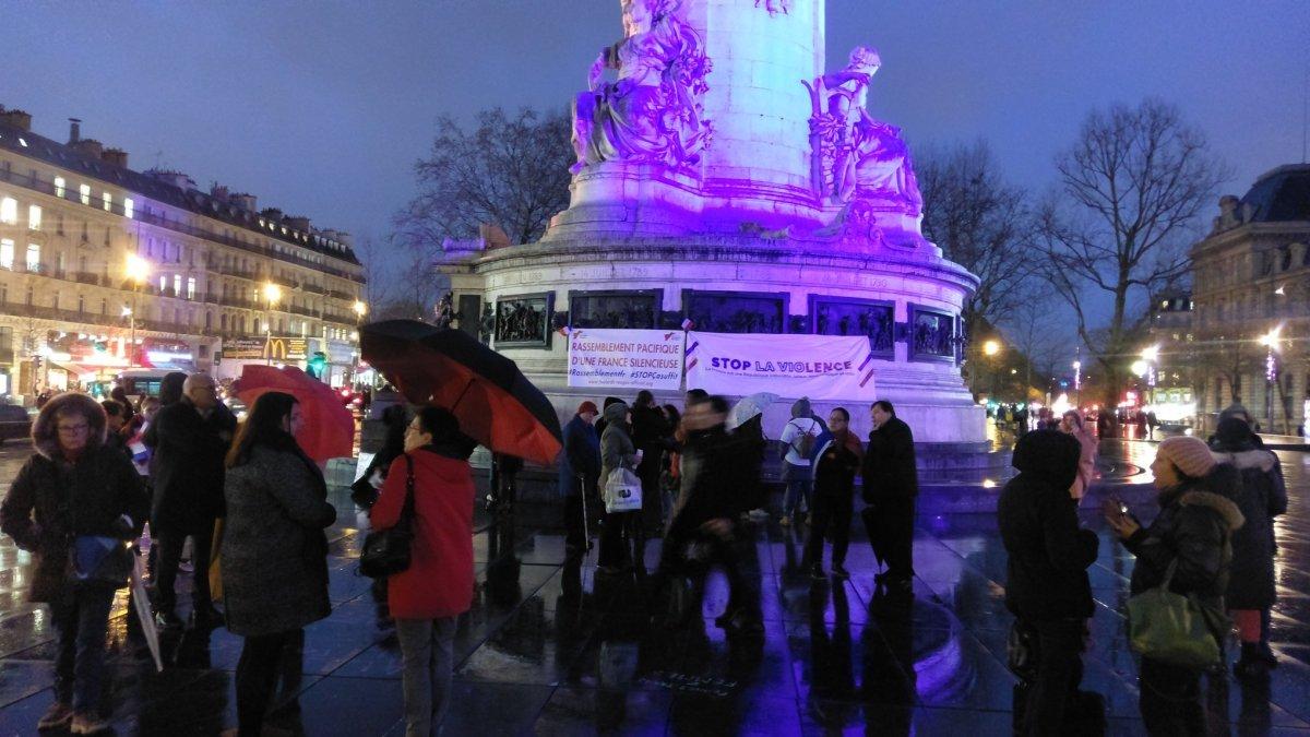 Raz-de-marée de Foulards rouges sur la place de la République !