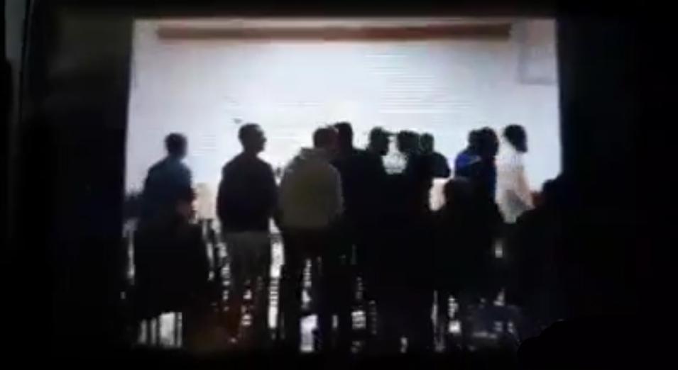 La responsable de campagne de Bouteflika laissée seule dans une salle