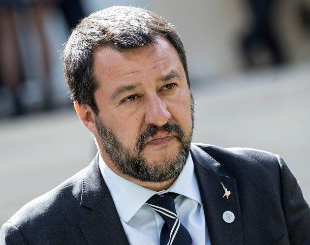 Matteo Salvini réintroduit « père » et « mère » sur les formulaires officiels en Italie