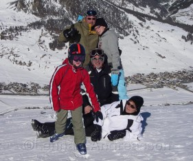 Familjen samlad halvägs upp i backen