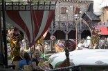 Anna och Melker åker karusell på Liseberg
