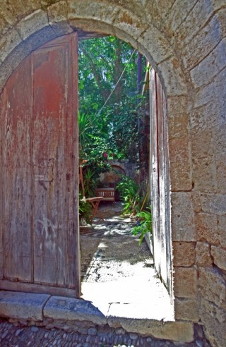 Smygtitt in i grekisk trädgård
