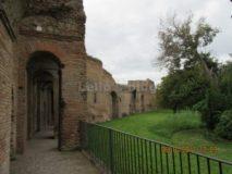Porta S.Sebastiano: camminamento e lato interno delle mura