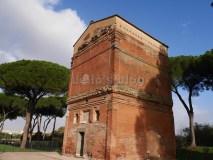 Sepolcro Barberini: facciata posteriore con l'ingresso al sepolcro