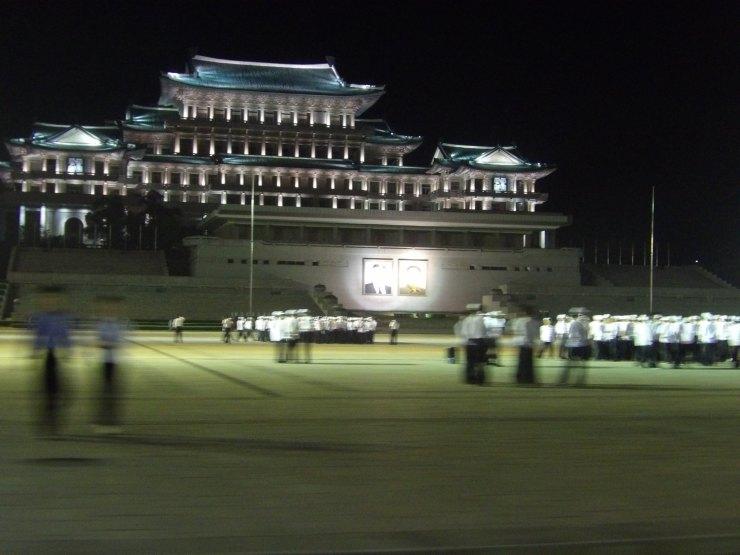 Visione notturna di Piazza Kim Il Sung durante prove coreografiche - Pyongyang - corea del Nord - Settembre 2017 - Lorenzo Sturiale