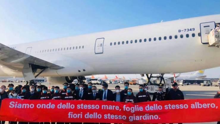 Delegazione di medici cinesi all'arrivo in Italia