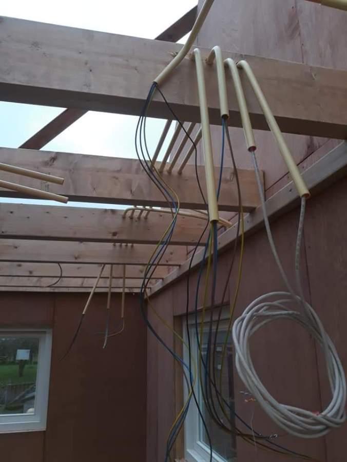 Het aanleggen van de installatie in een nieuwe schuur met kantoorruimte.