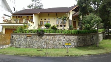 Villa kolam renang di kampung daun