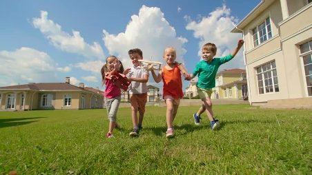 anak bahagia dengan mainan kayu aman