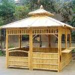 gazebo bambu di halaman