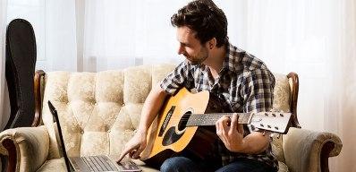 memainkan gitar