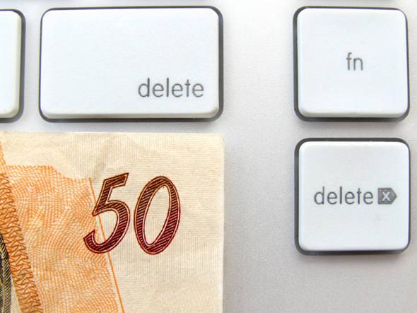 teclado e nota de 50 reais
