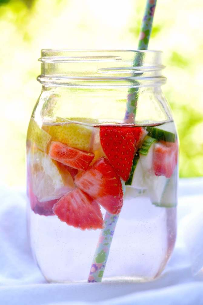 fruit infused water erdbeer zitrone gurke