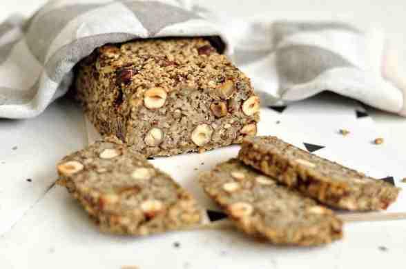 Life-Changing Bread mit drei Scheiben davor