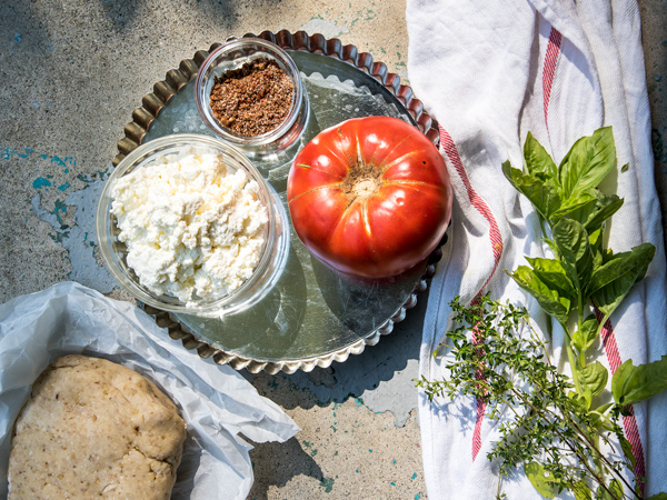 A tomato tart recipe with ricotta and Mediterranean seasoning.