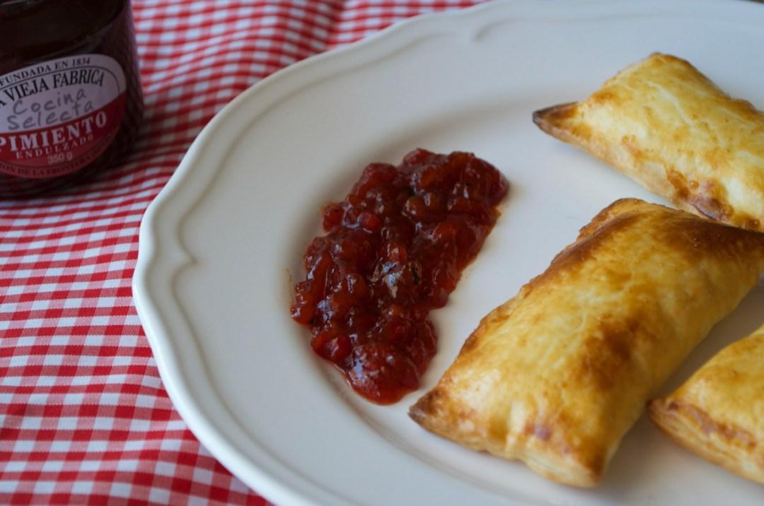 queso brie en hojaldre con mermelada de pimientos