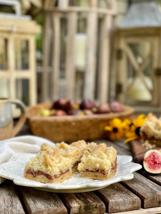 Fresh Fig Crumble Bars and a heart shaped wooden bowl of figs