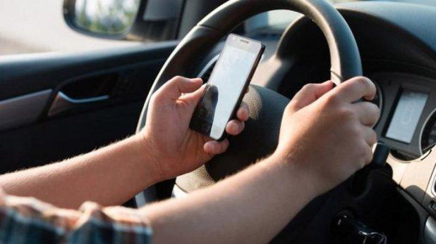 Mengoperasikan Smartphone Saat Berkendara