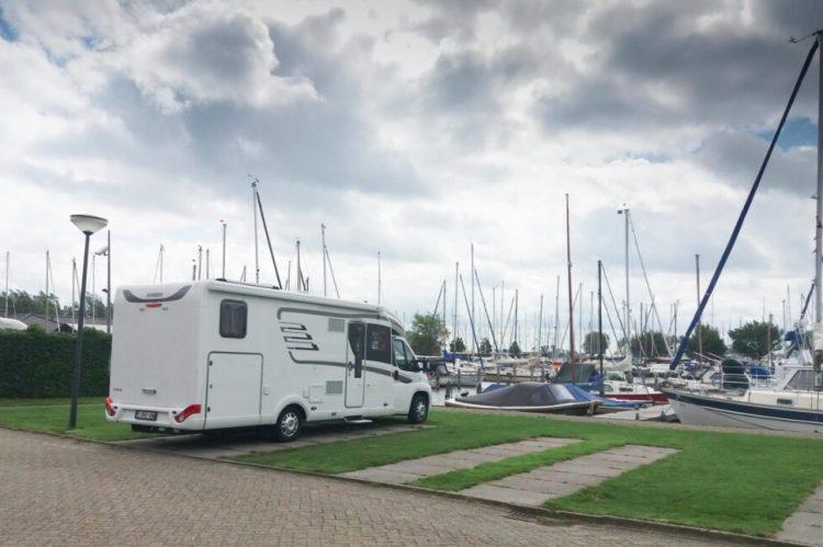 Camperplaats bij jachthaven De Lemsterpoort