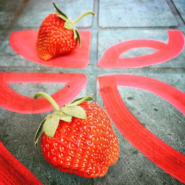 Big berries ripening. Complementary table chalk art by @ilan_katin