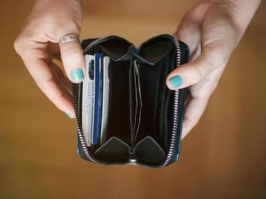 mulher-abrindo-a-carteira