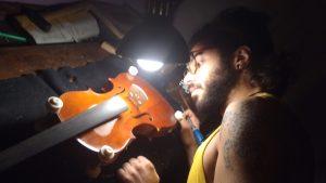 luthier et son violon