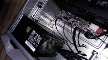 Silný-počítačový-zdroj-a-spodní-strana-grafiky-RADEON-RX570