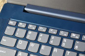 Vrchní řada kláves ve výchozím nastavení ovládá rychlé funkce.