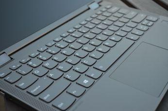 Šestiřadá ostrůvková klávesnice.