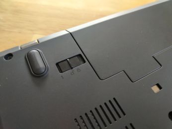 Zámek baterie není zacvaknutý a systém baterii nedetekuje, i když je vložená.