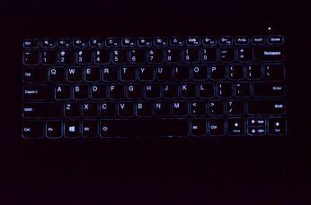 Podsvícení klávesnice, nižší stupeň.