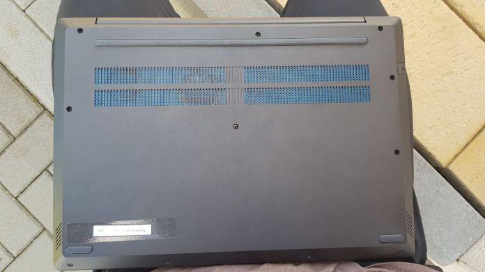 Pohled na spodní stranu zařízení