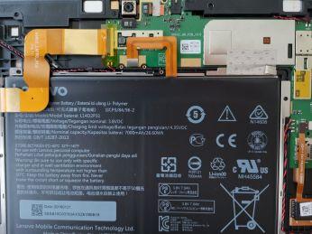 Konektor baterie po odšroubování krytky.