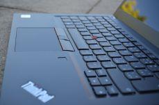 Pohled na pracovní plochu ThinkPadu T14s.