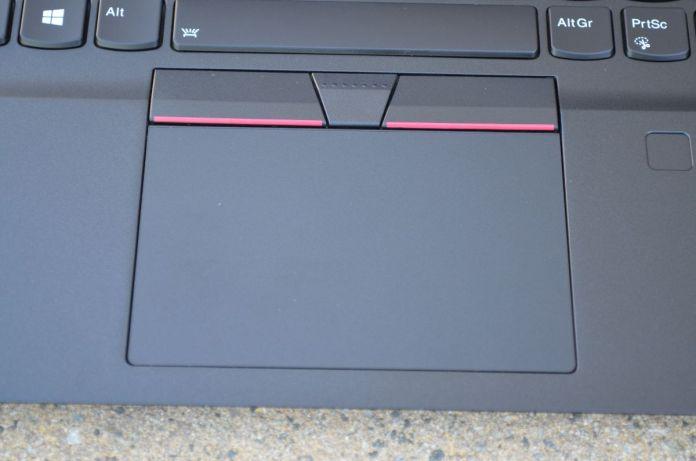 Mylarový touchpad je příjemný na dotek, integrované tlačítko je ale spíše slabší.