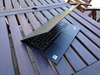Notebook je na první pohled velmi tenký a kompaktní.