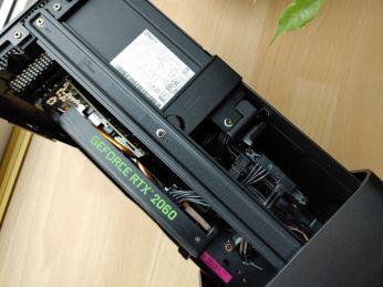"""Pohled na grafiku a zdroj, vpravo je lehce patrné zapojení 2,5"""" HDD."""