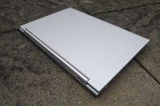 Pohled na víko Lenovo Yoga C940-14IIL.