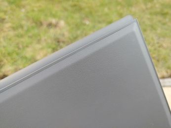Spodní strana má pogumovaný povrch – Lenovo IdeaPad Duet 3i