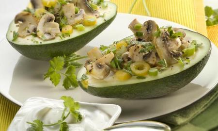 Avokádo plnené hubami, papričkami a jarnou cibuľkou