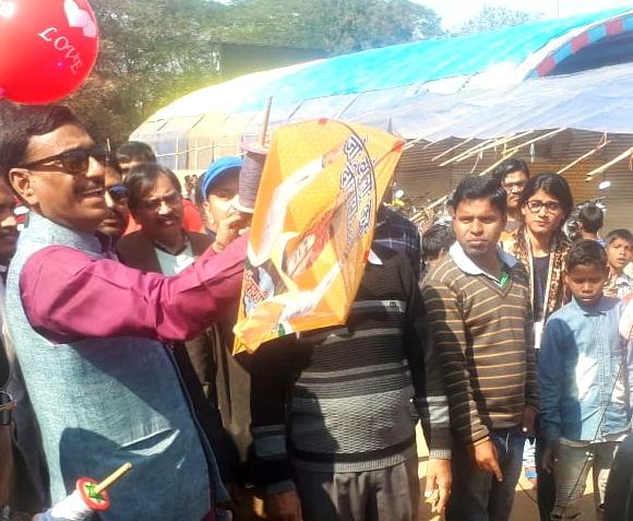 Namo patang utsav : mp sanjay seth distributed 1000 kites in children