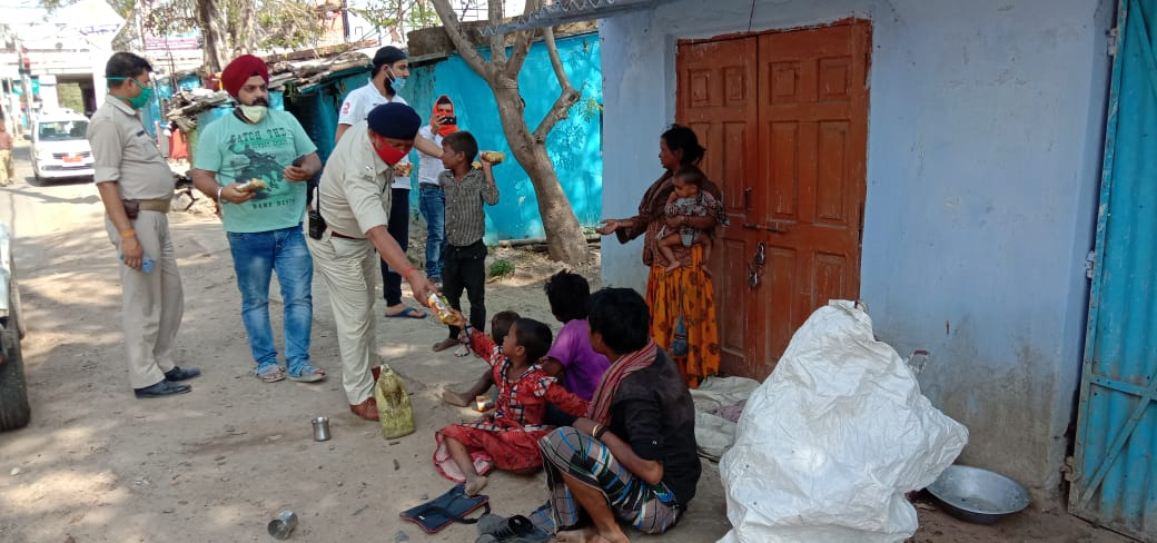Lockdown india : First day :: ranchi police and gurudwara committee distributed food packets in needy and poor people.