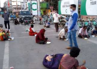 Congress politician gave food to poor people with social distancing