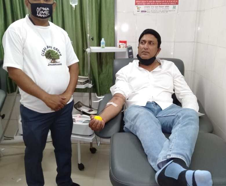 Fight against corona : jsca vice president and congress leader ajay shahdeo donated blood in sadar hospital blood bank