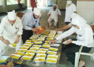 Fight against corona : gurudwara sri guru nanak satsang sabha is preparing 300 packets for the needy people in Lockdown