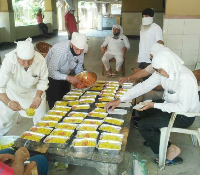 Fight against corona : gurudwara sri guru nanak satsang sabha is preparing 300 packets for the needy people in Lockdown